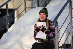 A menina de sorriso mantem-se na letra das mãos fotos de stock royalty free