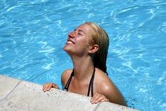 Menina de sorriso na água Fotografia de Stock