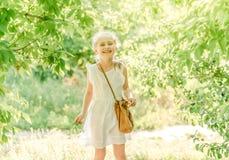 Menina de sorriso na arca com flor fotos de stock