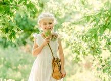 Menina de sorriso na arca com flor fotografia de stock