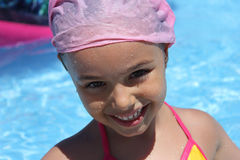 Menina de sorriso na associação verão, luz do sol, água, feliz Imagens de Stock