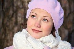 Menina de sorriso na boina cor-de-rosa Imagens de Stock Royalty Free