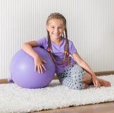Menina de sorriso na bola Fotos de Stock Royalty Free