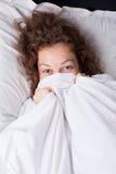 Menina de sorriso na cama Imagem de Stock