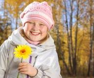 Menina de sorriso na floresta do outono. fotografia de stock royalty free