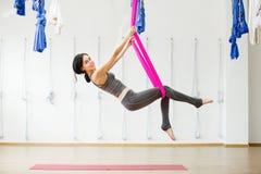 Menina de sorriso na força da construção da rede e na flexibilidade de seda de seu corpo imagens de stock royalty free