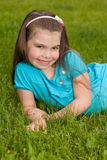 Menina de sorriso na grama Fotografia de Stock