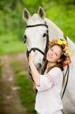 Menina de sorriso na grinalda floral Fotografia de Stock