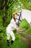 Menina de sorriso na grinalda floral Fotografia de Stock Royalty Free
