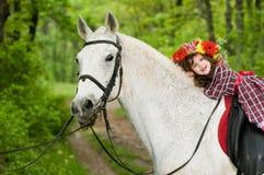 Menina de sorriso na grinalda floral fotos de stock royalty free