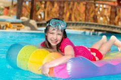 Menina de sorriso na jangada da água fotos de stock royalty free