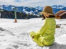 Menina de sorriso na neve com o chapéu da grama seca Fotografia de Stock