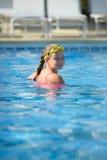 Menina de sorriso na piscina Imagem de Stock