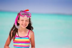 Menina de sorriso na praia imagem de stock royalty free