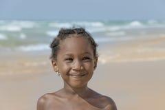 Menina de sorriso na praia, seis anos velha Imagem de Stock Royalty Free