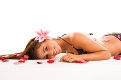 Menina de sorriso nas pétalas imagens de stock royalty free