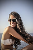 Menina de sorriso no beira-mar Imagem de Stock