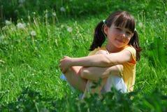 Menina de sorriso no campo foto de stock