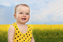 Menina de sorriso no campo do verão Fotos de Stock Royalty Free