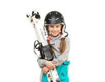 Menina de sorriso no capacete que guarda esquis Fotografia de Stock