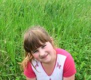 Menina de sorriso no glade da floresta Foto de Stock Royalty Free