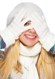 A menina de sorriso no inverno veste a vista para fora das mãos Fotos de Stock Royalty Free