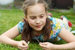 Menina de sorriso no jardim Imagens de Stock Royalty Free