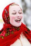 Menina de sorriso no kerchief foto de stock