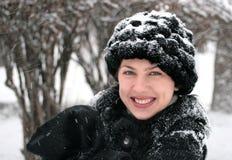 Menina de sorriso no parque do inverno Imagens de Stock