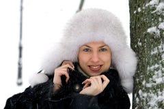 Menina de sorriso no parque do inverno Imagens de Stock Royalty Free