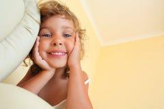 Menina de sorriso no quarto cosy, foreshortening imagens de stock royalty free