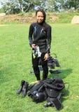 Menina de sorriso no roupa de mergulho imagem de stock