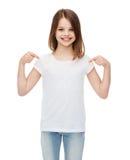 Menina de sorriso no t-shirt branco vazio fotografia de stock royalty free