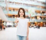 Menina de sorriso no t-shirt vazio branco Fotos de Stock Royalty Free