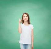 Menina de sorriso no t-shirt vazio branco Fotos de Stock
