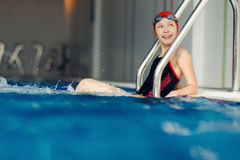 Menina de sorriso no terno de natação na associação Foto de Stock