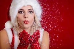 Menina de sorriso no traje de Papai Noel Fotos de Stock