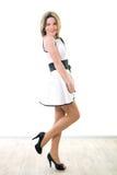 Menina de sorriso no vestido branco Imagens de Stock