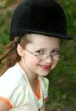 menina de sorriso nos vidros Foto de Stock Royalty Free