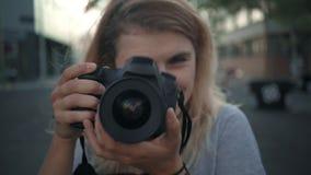 Menina de sorriso nova com câmera video estoque