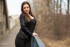 Menina de sorriso nova em um revestimento preto Imagens de Stock Royalty Free