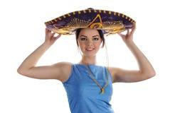 Menina de sorriso nova que tenta no sombreiro mexicano imagem de stock