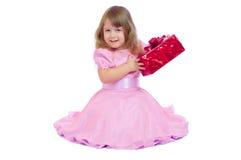 Menina de sorriso pequena com caixa de presente Fotografia de Stock Royalty Free