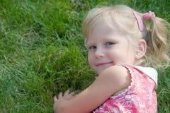 Menina de sorriso pequena no parque Fotografia de Stock Royalty Free