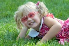 Menina de sorriso pequena no parque Imagem de Stock