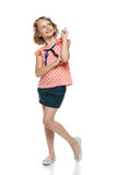 Menina de sorriso que aponta e que olha acima Imagens de Stock Royalty Free