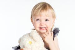 Menina de sorriso que aponta em seus dentes brancos saudáveis Fotos de Stock