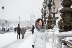 Menina de sorriso que aprecia o dia nevado raro em Paris Fotografia de Stock
