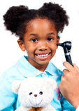 Menina de sorriso que atende ao controle médico Fotos de Stock Royalty Free