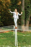 Menina de sorriso que equilibra no wicket do futebol Fotos de Stock Royalty Free